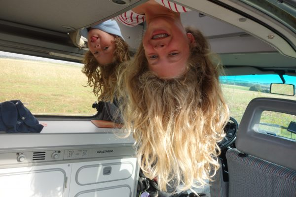 slapen in de vw T3 camper is een avontuur voor kinderen
