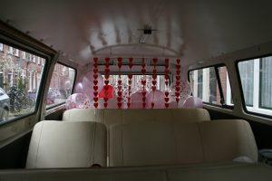 balonnen in de retro vw t2 bus als versiering voor een trouwerij
