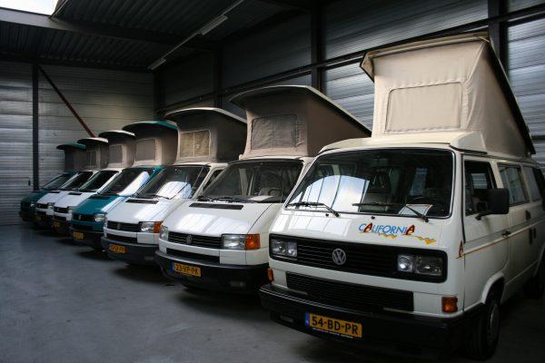 een rij volkswagen campers die te koop staan