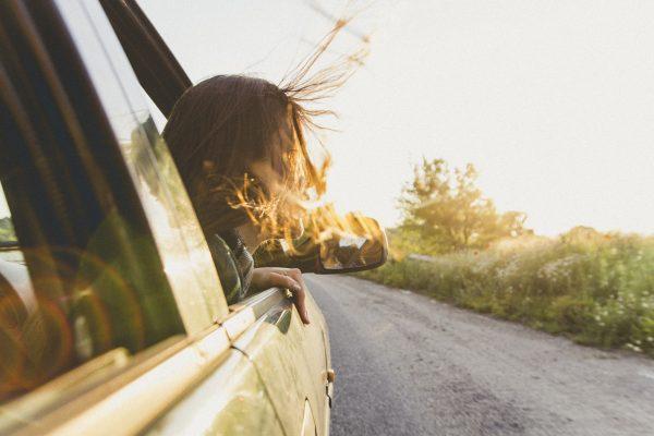 wapperende haren uit raam van een T2 Westfalia camper