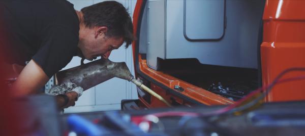 onze monteur nisty vult olie bij in een T3