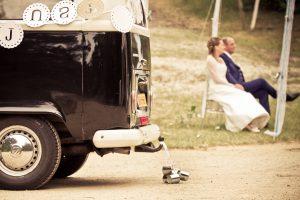 onze trouwbus met bruidspaar zittend op de achtergrond