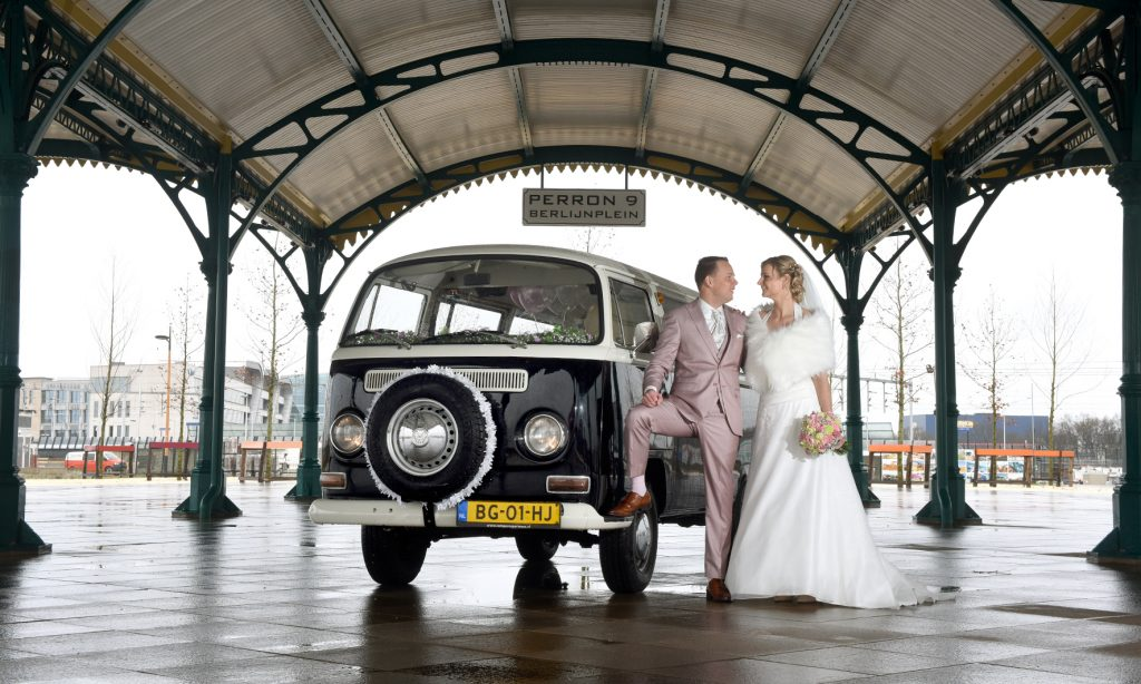bruidspaar poseert voor onze weddingvan