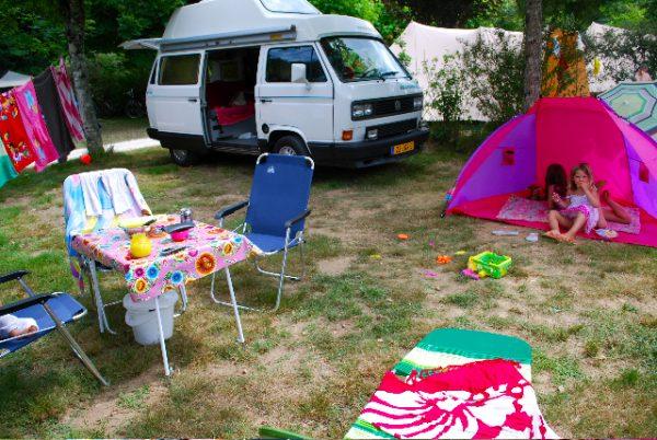 kleurrijk tafereel op een camping in Frankrijk