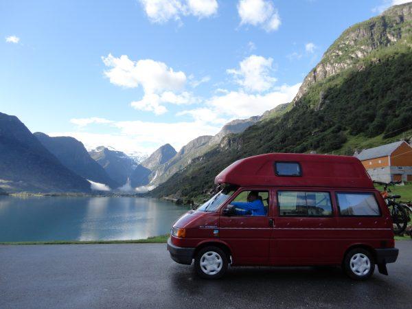 deze vrienden gingen een T4 camper huren en rijden in Noorwegen