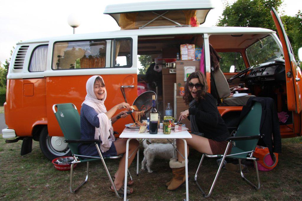 vrolijke dames eten spaghetti voor de t2 camper