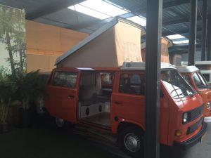 volkswagen t3 camper in oranje