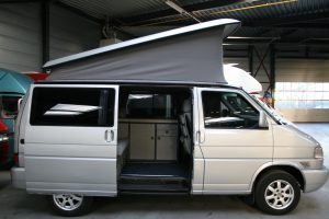 grijze volkswagen t4 camper met 2.5 TDI motor