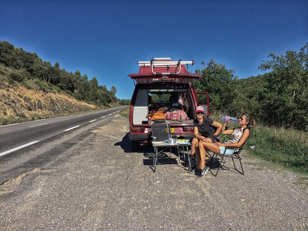 onderweg koffie drinken voor de Westfalia T3 camper