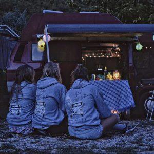 virndinnen huren een volkswagen camper en zijn gezellig samen op vakantie