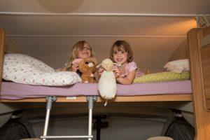 avontuur voor kinderen in bovenbed van alkoofcamper