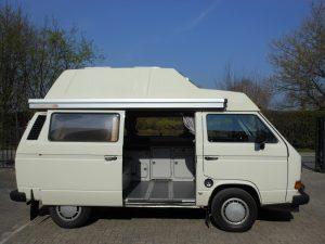zijkant vw t3 camper met hoogdak in de kleur wit