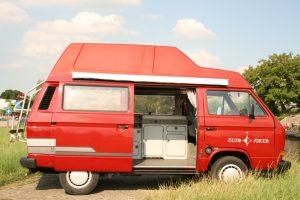 zijkant van een rode vw t3 hoogdak camper voor de bedrijfslocatie van camperverhuur bedrijf camper experience