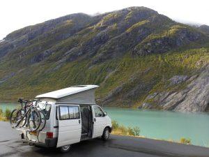 onze volkswagen t4 camper aan de oever van een fjord in noorwegen