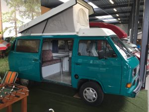 zijaanzicht volkswagen t3 camper met hefdak groen