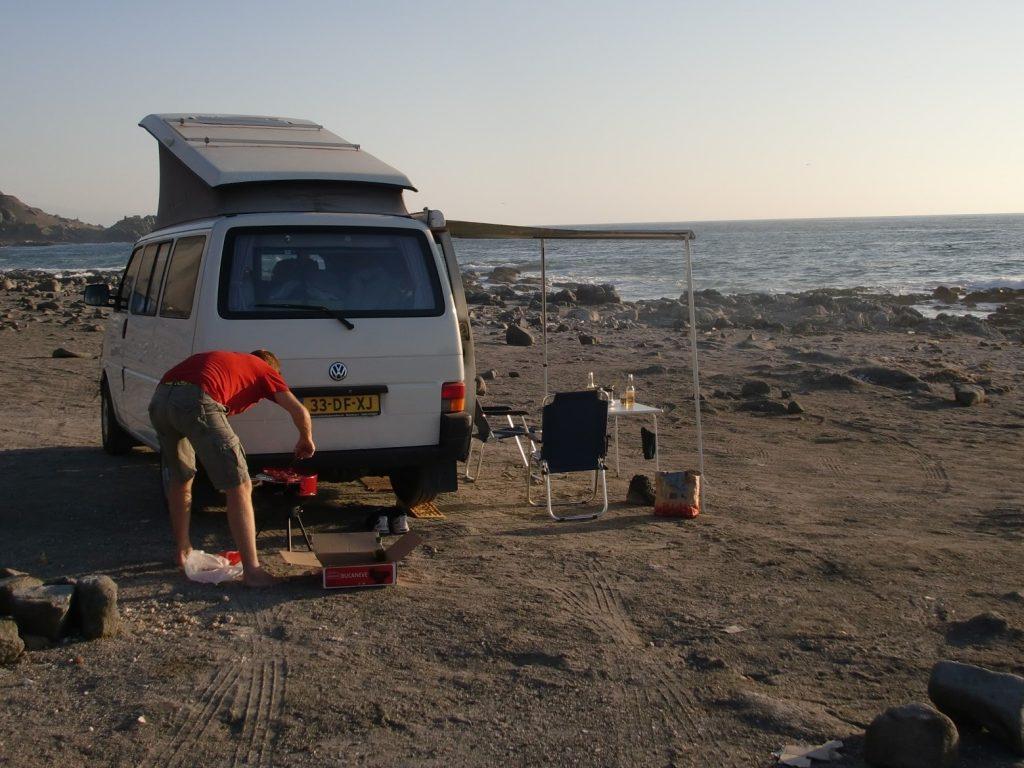 volkswagen camper huren in zuid amerika en lekker toeren eten op het strand